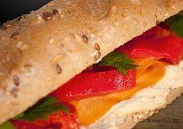 Sandwich-de-post-Vegan-cu-Humus-si-Ardei-Copt